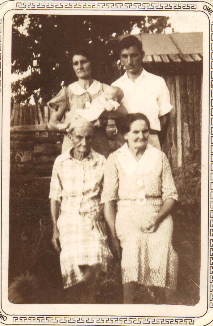 1st row, l to r: Lucinda Jane (Sis) Sumrall Collins, Frances Amanda Collins. 2nd row, l to r: Addie Capps Howard holding Thomas Ray Howard, Archie Thomas Howard.
