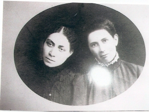 Is this Anna Knight and Candace Smith Knight, sisters-in-law?